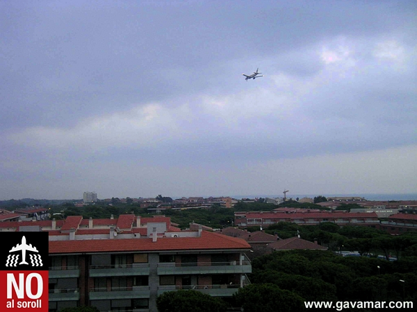 The planes fly over Gavà Mar at a low altitude causing a thunderous noise and a great feeling of danger